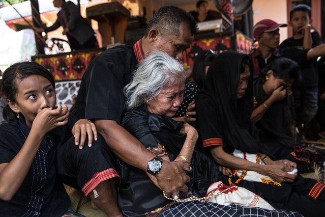 The burial ritual for Liling Saalino. (Photo by Agung Parameswara/The Washington Post)