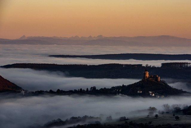 Morning fog covers the landscape around the Castle of Somosko, near Salgotarjan, Hungary, 24 November 2020. (Photo by Peter Komka/EPA/EFE)