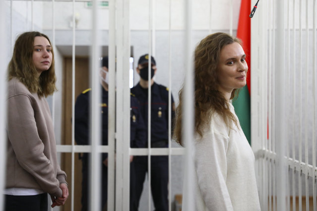 Journalists Katsiaryna Andreyeva, right, and Daria Chultsova stand inside a defendants' cage in a court room in Minsk, Belarus, Thursday, February 18, 2021. A court in Belarus on Thursday sent two female journalists to prison for years on charges of violating public order after they covered a protest against the nation's authoritarian president. The court in the Belarusian capital of Minsk on Thursday handed two-year sentences to Katsiaryna Andreyeva and Daria Chultsova of the Belsat TV channel. (Photo by AP Photo/Stringer)