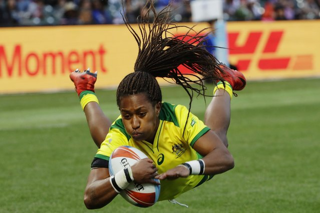 Australia's Ellia Green dives to score against the United States during the Women's Rugby Sevens World Cup final in San Francisco, Saturday, July 21, 2018. (Photo by Jeff Chiu/AP Photo)