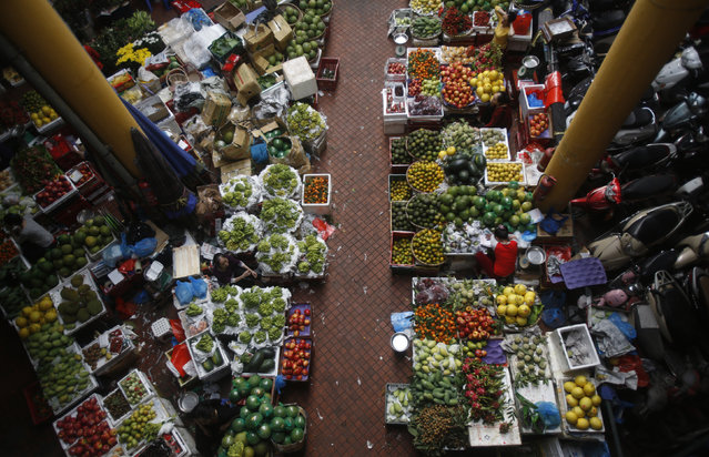 Fruits are displayed for sale at a market in Hanoi, Vietnam December 24, 2015. (Photo by Reuters/Kham)