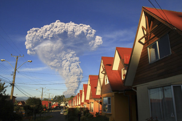 The Calbuco volcano is seen erupting from Puerto Varas, Chile, Wednesday, April 22, 2015. The volcano erupted billowing a huge ash cloud over a sparsely populated, mountainous area in southern Chile. Authorities ordered the evacuation of the inhabitants of the nearby town of Ensenada, along with residents of two smaller communities. (Photo by Carlos F. Gutierrez/AP Photo)