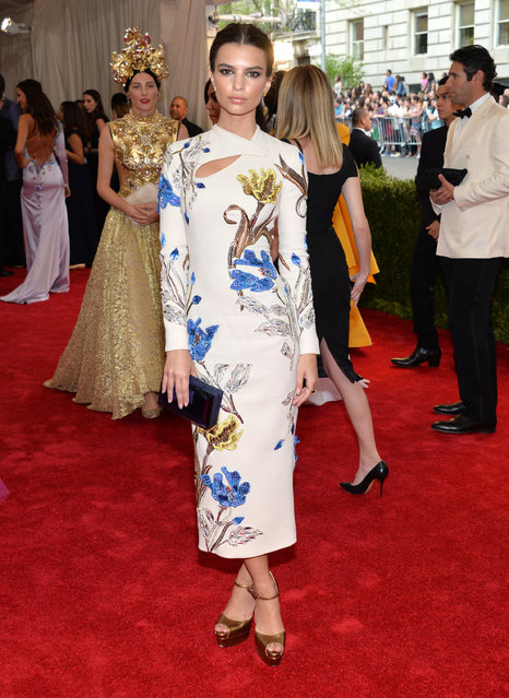 """Emily Ratajkowski arrives at The Metropolitan Museum of Art's Costume Institute benefit gala celebrating """"China: Through the Looking Glass"""" on Monday, May 4, 2015, in New York. (Photo by Evan Agostini/Invision/AP Photo)"""
