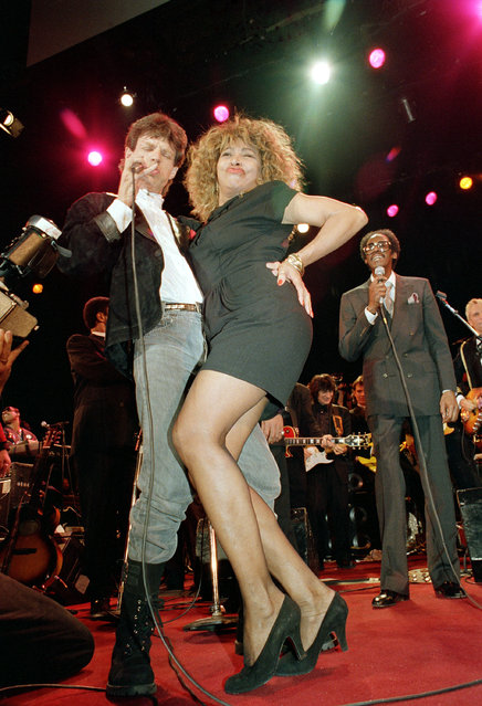 Rock and roll singer Tina Turner, right, and Rolling Stones lead singer Mick Jagger perform at the Rock and Roll Hall of Fame awards ceremony in New York City, January 18, 1989.  Jagger is one of the inductees. (Photo by Susan Ragan/AP Photo)