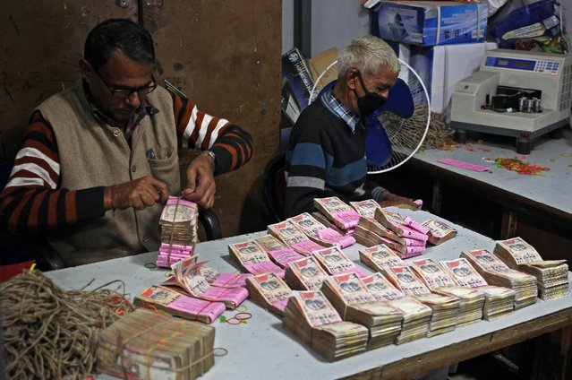Bank employees count and pack old high denomination bank notes in Jammu, November 23, 2016. (Photo by Mukesh Gupta/Reuters)