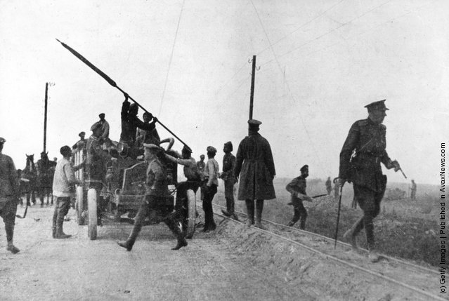 1914: Russian soldiers stoping a lorryload of deserters