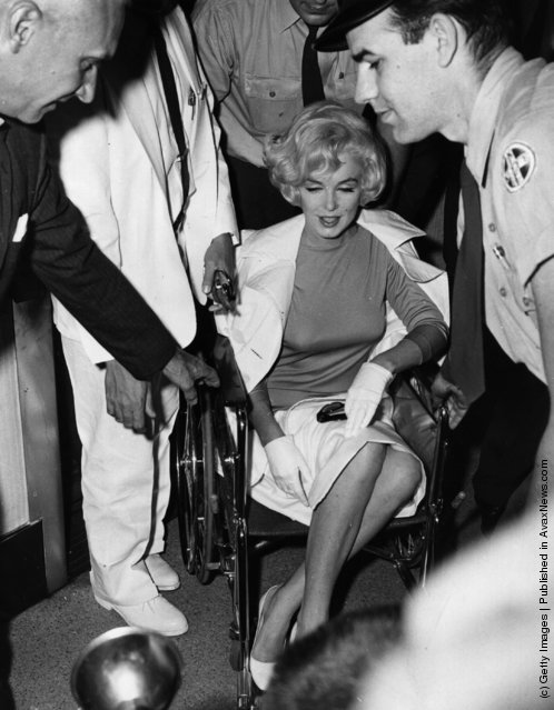 American film star Marilyn Monroe (Norma Jean Mortenson or Norma Jean Baker, 1926 - 1962) leaving the Pollyclinic in Manhattan, after her gall bladder operation