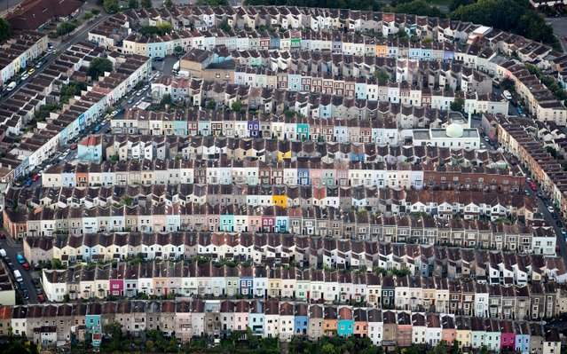 Painted houses in terraced streets are seen from the air on the second day of the Bristol International Balloon Fiesta on August 11, 2017 in Bristol, England. More than 130 balloons have gathered for the four day event, now in its 39th year and now one of Europe's largest annual hot air balloon events, being hosted in the city that is seen by many as the home of modern ballooning. (Photo by Matt Cardy/Getty Images)