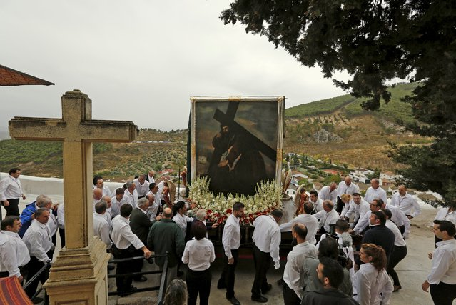People carry the picture of the Christ of Pano during a pilgrimage in Moclin, southern Spain, October 5, 2015. Every October 5th thousands of devotees converge at the Church of Encarnacion to pay homage to the Christ of Pano during an annual religious pilgrimage. (Photo by Marcelo del Pozo/Reuters)