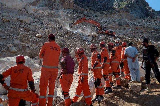Army rescuers take part in a rescue search for miners after a rockslide at a marble mine in the mountainous Mohmand district in Khyber-Pakhtunkhwa province on September 8, 2020. At least 18 miners were killed and more than a dozen were still trapped on September 8 after a rockslide at a marble mine in northwest Pakistan, officials said. (Photo by Abdul Majeed/AFP Photo)