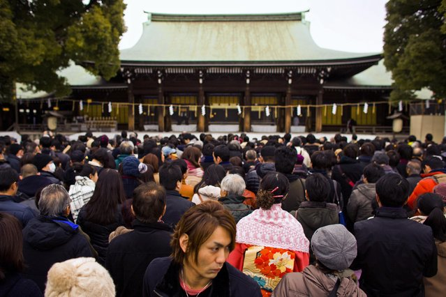 People line up to pray on the first day of the new year at the Shinto Meiji Shrine in Tokyo January 1, 2015. (Photo by Thomas Peter/Reuters)