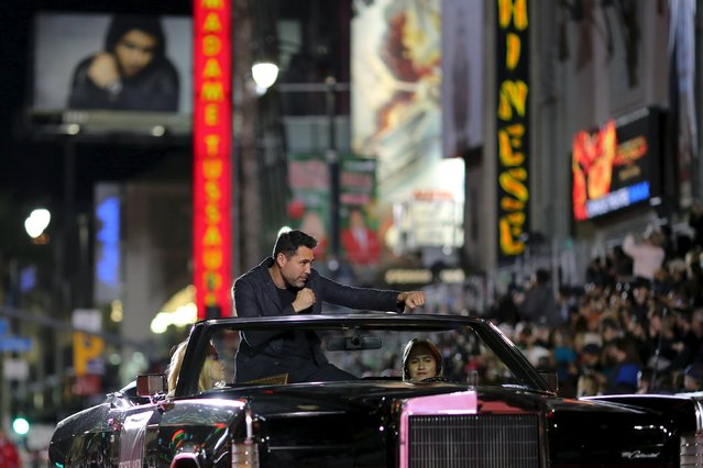Former professional boxer Oscar De La Hoya gestures during the 84th Annual Hollywood Christmas Parade in the Hollywood section of Los Angeles, California, November 29, 2015. (Photo by David McNew/Reuters)