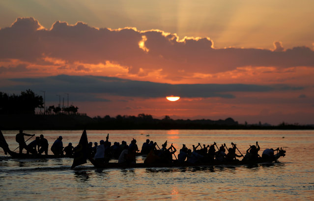 Participants power their boat on the Tonle Sap river during the annual Water Festival on the Tonle Sap river in Phnom Penh, Cambodia November 14, 2016. (Photo by Samrang Pring/Reuters)