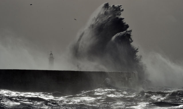 Waves crash over Newhaven Lighthouse on the south coast of England on February 23, 2017 as Storm Doris hits the country. (Photo by Glyn Kirk/AFP Photo)