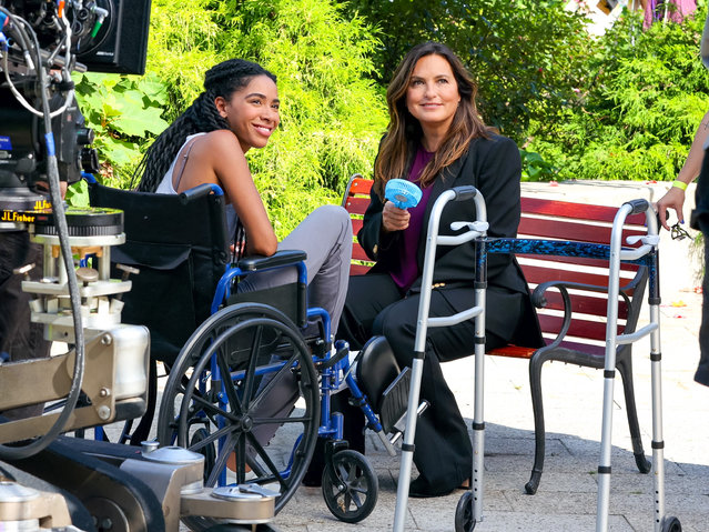 """American actress Mariska Hargitay (R) is seen at the """"Law and Order: Special Victims Unit"""" film set in Hudson River Park, Manhattan in New York City on August 25, 2021. (Photo by Jose Perez/Bauergriffin.com/The Mega Agency)"""