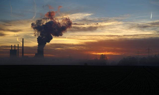 The sun rises behind the Uniper coal power plant in Hanau, Germany, early morning November 23, 2016. (Photo by Kai Pfaffenbach/Reuters)