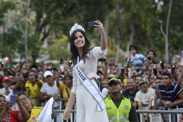 """Miss Universe 2015 Paulina Vega of Colombia takes a """"selfie"""" with her fans upon her arrival at Barranquilla May 1, 2015. (Photo by Alfonso Cervantes/Reuters)"""