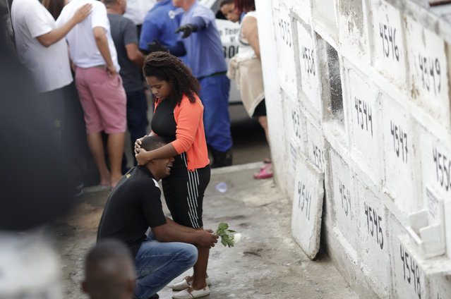 The uncle of the late 8-year-old Ágatha Sales Felix cries during her burial at the cemetery in Rio de Janeiro, Brazil, Sunday, September 22, 2019. Félix was hit by a stray bullet Friday amid what police said was shootout with suspected criminals. However, residents say there was no shootout, and blame police. (Photo by Silvia Izquierdo/AP Photo)