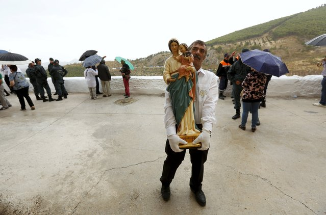 A man carries a statue of the Virgin during the Christ of Pano pilgrimage in Moclin, southern Spain, October 5, 2015. (Photo by Marcelo del Pozo/Reuters)