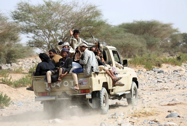 Tribal fighters loyal to Yemen's government ride in the back of a pick-up truck in Al Khurais village of Nihm district east of the capital Sanaa January 11, 2016. REUTERS/Ali Owidha