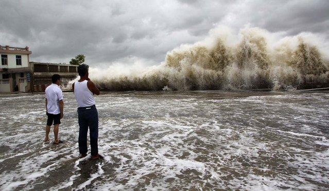 People watch waves hit the shore as Typhoon Usagi approaches in Shantou, on September 22, 2013. China's National Meteorological Center issued its highest alert, warning that Usagi would bring gales and downpours to southern coastal areas. Major Chinese airlines cancelled flights to cities in the southern provinces of Guangdong and Fujian while shipping was suspended between the Chinese mainland and Taiwan. (Photo by Reuters)