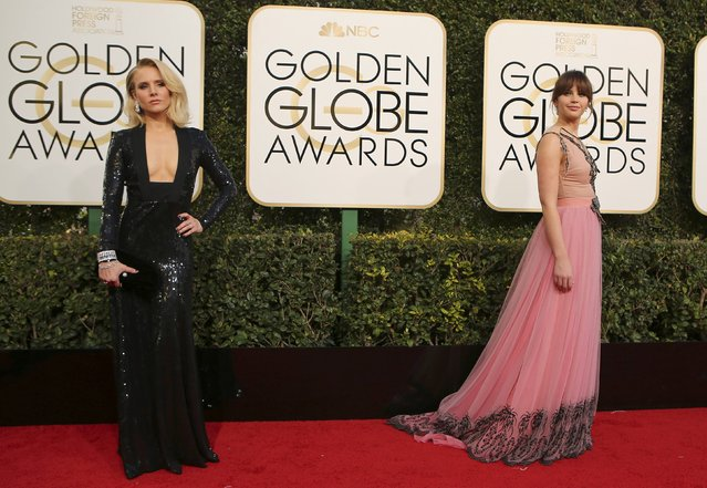 Actress Kristen Bell (L) and Felicity Jones arrive at the 74th Annual Golden Globe Awards in Beverly Hills, California, U.S., January 8, 2017. (Photo by Mike Blake/Reuters)