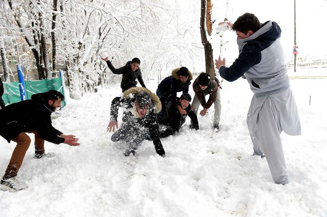 Afghan men play with snowballs in Kabul on February 5, 2017. Avalanches and freezing weather have killed more than 20 people in different areas of Afghanistan, officials said on February 4, as rescuers worked to save scores still trapped under the snow. (Photo by Shah Marai/AFP Photo)