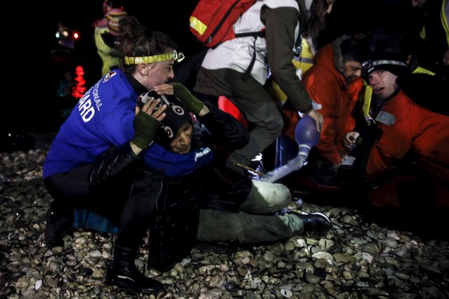 A refugee screams as rescuers try to revive an unconscious refugee after arriving on a dinghy on the shore near the city of Mytilene on the Greek island of Lesbos, March 20, 2016. (Photo by Alkis Konstantinidis/Reuters)