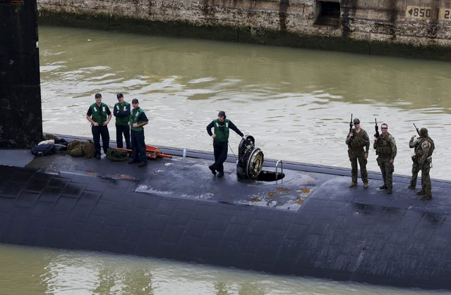 Crew members of U.S. Navy submarine USS Columbus (SSN-762) are seen as they sail through the Miraflores locks at the Panama Canal in Panama City July 10, 2015. (Photo by Carlos Jasso/Reuters)