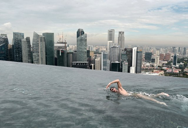 World Champion Christian Sprenger of Australia swims during a swimming clinic session for children with special needs on the rooftop pool of the Marina Bay Sands resort hotel in Singapore on May 20, 2014. (Photo by Roslan Rahman/AFP Photo)