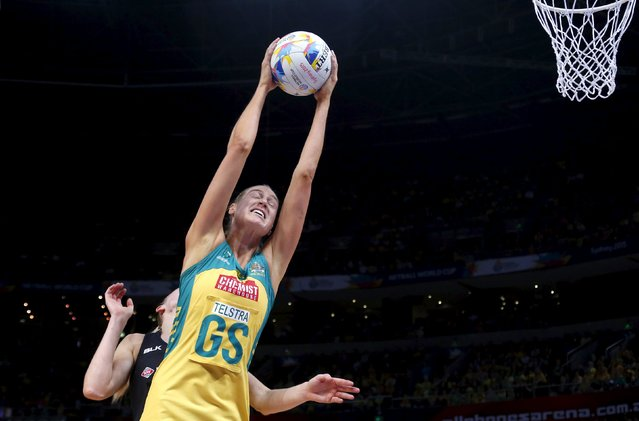 Caitlin Bassett (R) of Australia reaches for the ball as Laura Langman of New Zealand tries to defend during their Netball World Cup final game in Sydney, Australia, August 16, 2015. (Photo by David Gray/Reuters)