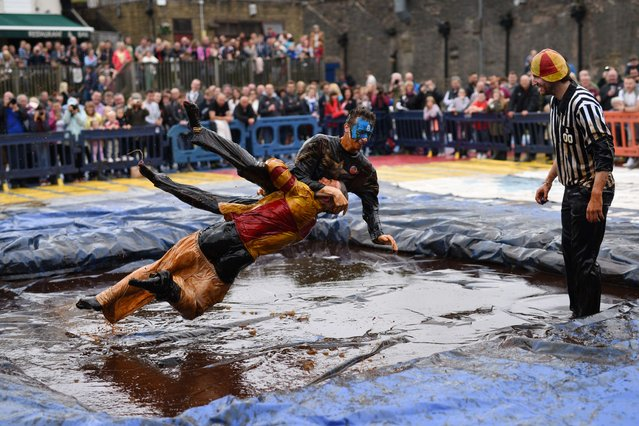 Competitors take part in the 8th annual World Gravy Wrestling Championships at the Rose n Bowl Pub in Bacup, north west England on August 31, 2015. (Photo by Oli Scarff/AFP Photo)