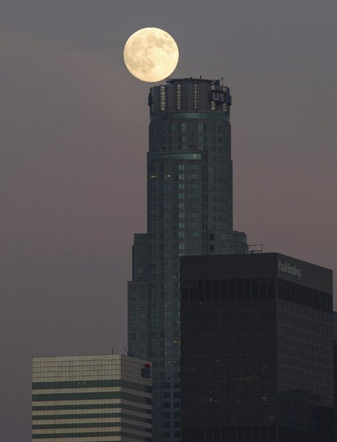 The moon is pictured atop a downtown building in Los Angeles, California August 28, 2015. (Photo by Mario Anzuoni/Reuters)