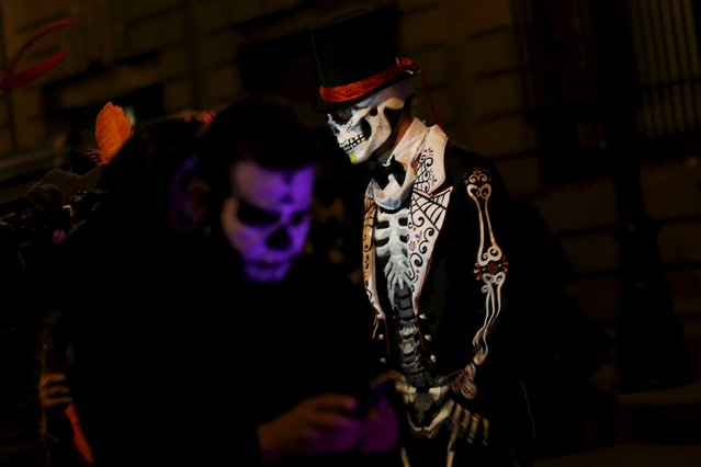 """A man dressed up as a """"Catrin"""", a Mexican character also known as """"The Elegant Death"""", is pictured during a Catrinas parade in Mexico City October 31, 2015. (Photo by Carlos Jasso/Reuters)"""