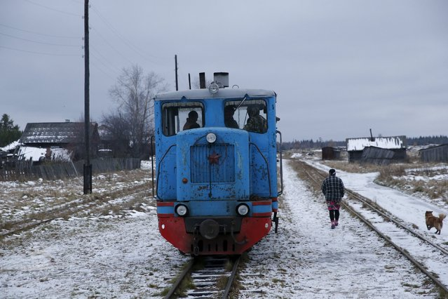 A woman who lives in Muratkovo speaks to the train driver who is taking her daughter to school in Sankin, Sverdlovsk region, Russia, October 16, 2015. (Photo by Maxim Zmeyev/Reuters)