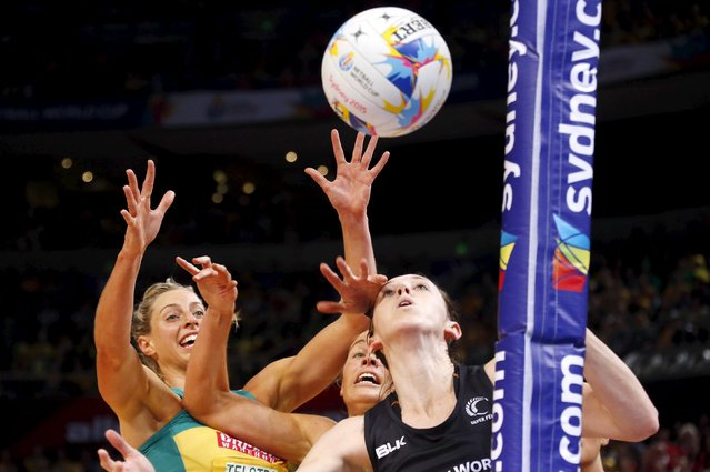 Caitlin Bassett (L) of Australia with teammate Julie Corletto (C) reach for the ball against Bailey Mes of New Zealand during their Netball World Cup final game in Sydney, Australia, August 16, 2015. (Photo by David Gray/Reuters)