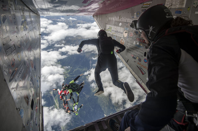 Athletes in action during the international parachuting competition Mountain Gravity in Quinto, Switzerland, 27 August 2015. Some 200 participants from all over the world are expected to jump at the event running from 22 to 30 August 2015. (Photo by Samuel Golay/EPA)