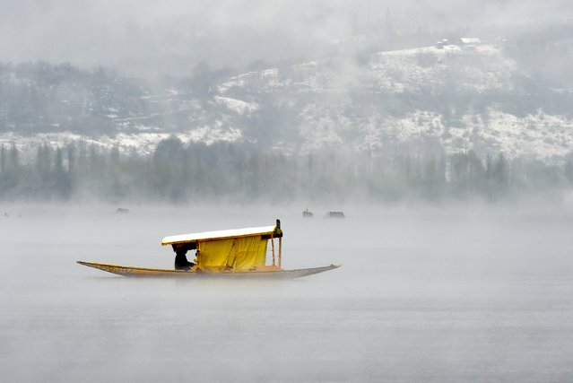 Kashmiri boatmen paddle a shikara across Dal Lake amid dense fog following rainfall in Srinagar on April 6, 2017. The Srinagar-Jammu National Highway was closed after landslides on April 6, and schools in the Kashmir Valley have been closed until April 9, following rain and fresh snowfall. (Photo by /AFP Photo)Tauseef Mustafa