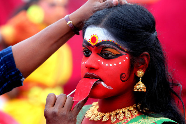 A student from the union territory of Pondicherry prepares to take part in the inaugural session of the national Balrang Festival 2017 in Bhopal, India, 20 December 2017. More than 500 participants from 26 states across the country take part in the three-day long cultural event to showcase their performances. The festival organised by Madhya Pradesh School Education Department and Indira Gandhi Rashtriya Manav Sangralaya. (Photo by Sanjeev Gupta/EPA/EFE)
