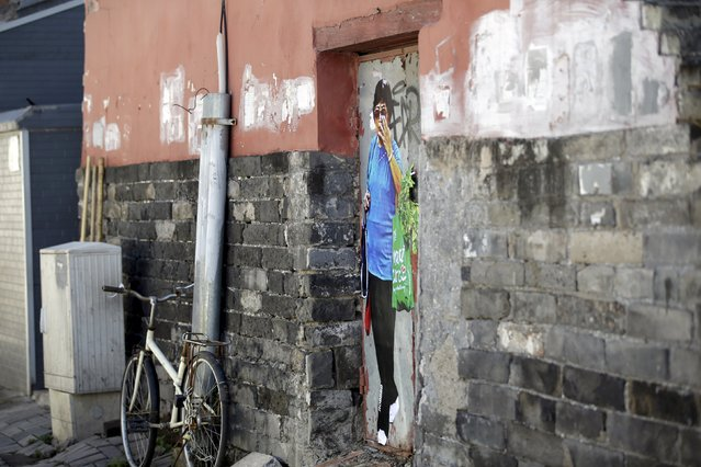 """A work by Chinese artist ROBBBB is seen on a closed door in a traditional alleyway, or """"hutong"""", in central Beijing September 25, 2015. (Photo by Jason Lee/Reuters)"""