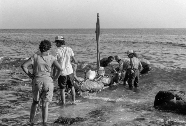 People launch a makeshift boat into the Straits of Florida towards the U.S., on the last day of the 1994 Cuban raft exodus in Havana, in this September 13, 1994 file photo. (Photo by Rolando Pujol Rodriguez/Reuters)