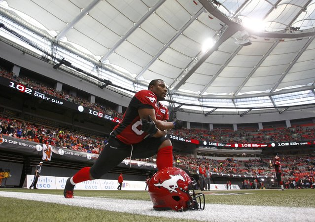 Calgary Stampeders' Nik Lewis stretches before facing the Hamilton Tiger Cats in the CFL's 102nd Grey Cup football championship in Vancouver, British Columbia, November 30, 2014. (Photo by Ben Nelms/Reuters)