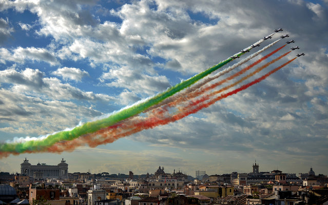 The Italian Air Force aerobatic unit Frecce Tricolori spreads green, white and red smoke in the colours of the Italian flag marking the day of National Unity and Armed Forces in Rome on November 4, 2013. (Photo by Filippo Monteforte/AFP Photo)