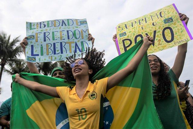 Supporters take part in a demonstration backing Brazil's President Jair Bolsonaro, marking Independence Day on Copacabana Beach in Rio de Janeiro, Brazil, Tuesday, September 7, 2021. (Photo by Bruna Prado/AP Photo)