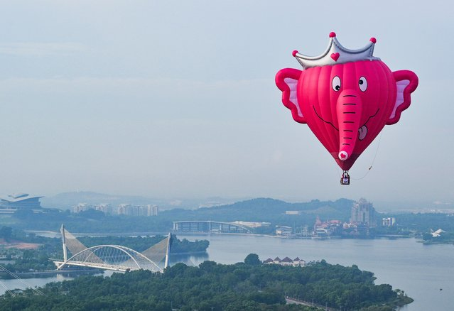 In this aerial photo taken on March 28, 2019 a hot air balloon flies over Putrajaya during the international hot air balloon festival in Putrajaya, Malaysia. (Photo by Mohd Rasfan/AFP Photo)