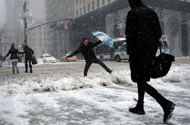 People make their way during a winter storm in New York on February 9, 2017. A heavy winter snow storm lashed the northeastern United States Thursday, subjecting New York to near blizzard- like conditions and forcing flight cancellations as schools and the United Nations closed. (Photo by Jewel Samad/AFP Photo)