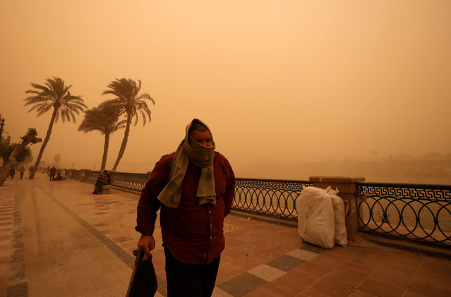 A man covers his face during a sandstorm near the River Nile in Cairo, Egypt on January 16, 2019. (Photo by Mohamed Abd El Ghany/Reuters)