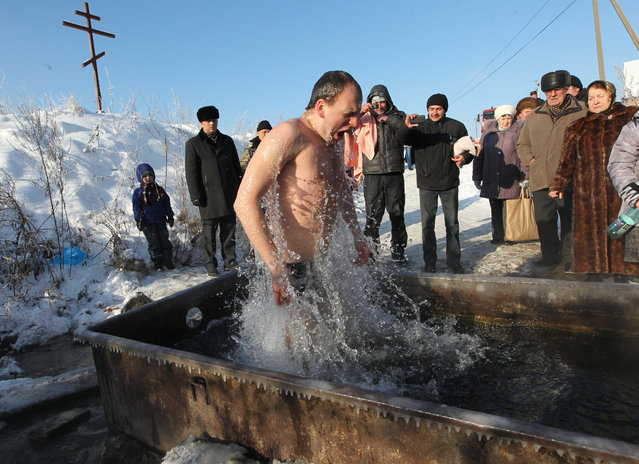 A man bathes in an icy cold water of a brook as air tempetarure is – 16 C ( 3 degrees Fahrenheit) during a celebration of Epiphany in Kashira, on January 19, 2014 in South of Moscow, Russia. (Photo by Sasha Mordovets/Getty Images)