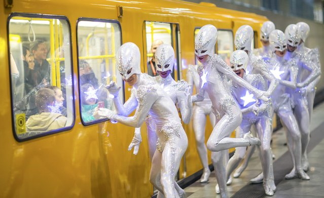 "Dancers of the Friedrichstadt-Palast from the show ""THE WYLD"" pose during a promotional photocall on the platform of an underground train station in Berlin, Germany, June 23, 2015. (Photo by Hannibal Hanschke/Reuters)"