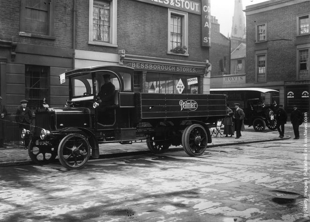 1913: A Daimler truck, one of the vehicles which will take part in the Commercial Motor Parade on Grosvenor Road, London